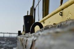 有很多铁锈的老摒弃船 免版税库存图片
