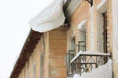 有很多雪的议院在屋顶 库存照片