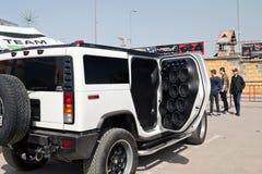 有很大数量安装的音频报告人和subwoofe的汽车 库存图片
