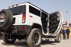 有很大数量安装的音频报告人和subwoofe的汽车 库存照片