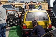 有很大数量安装的音频报告人和subwoofe的汽车 免版税图库摄影