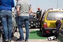 有很大数量安装的音频报告人和subwoofe的汽车 免版税库存照片