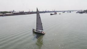 有很大数量的帆船的一个风船港口 航行港口 通风 股票录像