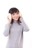 有御寒耳罩的愉快,微笑的妇女 库存图片