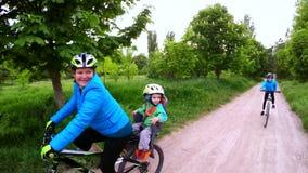 有循环以绿色的两个孩子的愉快的妇女 股票视频