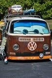 有微型公共汽车的减速火箭的20世纪70年代VW公共汽车 库存图片