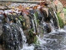 有微型瀑布的城市公园 免版税库存照片