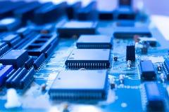 有微处理器的电路板在蓝色 库存照片