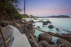 有微明的木桥梁在Lipe海岛,泰国 免版税库存图片