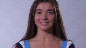 有微温眼眉微笑的一个女孩在框架 r 股票录像