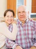 有微笑的丈夫的成熟妇女 免版税图库摄影