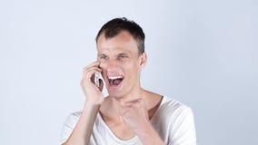 有微笑的偶然的商人有的电话好消息 免版税图库摄影