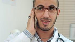 有微笑的医生一次快乐的电话交谈 免版税图库摄影