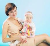 有微笑的女儿的可爱的妈妈 免版税图库摄影