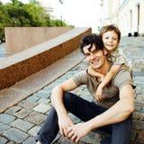 有微笑的父亲的小儿子城市愉快的拥抱的关闭的  库存图片