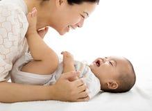 有微笑的男婴的母亲 库存图片