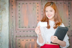 有微笑的美丽的女实业家,显示空白的名片 免版税库存照片