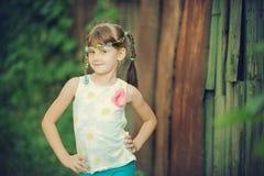 有微笑的美丽的小女孩 免版税图库摄影