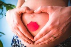 有微笑的腹部的孕妇 图库摄影