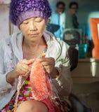 有微笑的面孔幸福情感编织的工作的妇女在ho 免版税库存图片