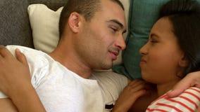 有微笑的年轻的夫妇可爱的片刻 股票视频