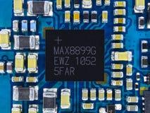 有微集成电路、电阻器和其他电子元件的电路板 计算机和网络通讯技术 免版税库存图片