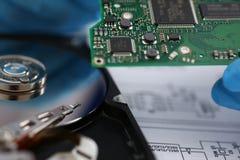 有微集成电路的电子委员会在硬盘背景 免版税库存图片