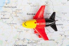 有德国旗子的飞机玩具,登陆在欧洲地图 汽车城市概念都伯林映射小的旅行 库存图片