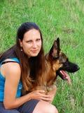 有德国牧羊犬狗的女孩 免版税图库摄影