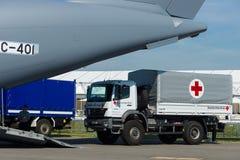 有德国红十字会的人道主义援助的一辆汽车 免版税库存图片