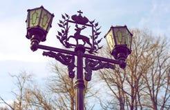 有徽章的灯下诺夫哥罗德的 图库摄影