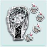 有心形太阳镜和松饼的,浅兰的背景手拉的长发女孩 免版税库存图片