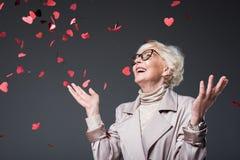 有心形的五彩纸屑的美丽的资深夫人在st情人节, 库存照片