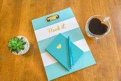有心形的咖啡杯的顶视图有词`的桌面和剪贴板运转它` 库存图片