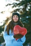 有心形的气球的美女在手上 免版税库存照片
