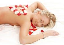 有心形的瓣的女孩在按摩沙龙 免版税图库摄影