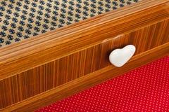 有心形的瘤的色的抽屉木家具 免版税库存图片