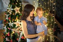 有心爱的矮小的女儿的母亲 免版税库存图片