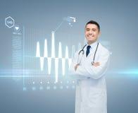有心电图的男性医生在虚屏上 免版税库存照片