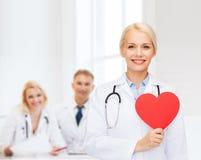 有心脏和听诊器的微笑的女性医生 库存图片