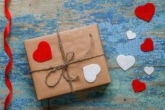 有心脏和红色丝带的礼物盒 免版税库存照片