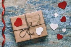 有心脏和红色丝带的礼物盒 库存照片
