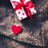 有心脏和红色丝带的Gigt箱子 假日背景概念 免版税库存照片