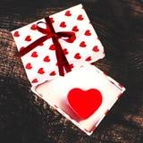 有心脏和红色丝带的Gigt箱子 在a的情人节simbols 免版税库存图片