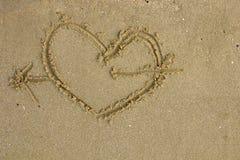 有心脏图片的沙子背景 免版税库存图片