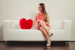 有心脏形状枕头的妇女 所有cmyk颜色日编辑可能的单元文件例证分别地分层了堆积爱模式打印准备好的s华伦泰 免版税库存图片