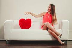 有心脏形状枕头的妇女 所有cmyk颜色日编辑可能的单元文件例证分别地分层了堆积爱模式打印准备好的s华伦泰 免版税图库摄影