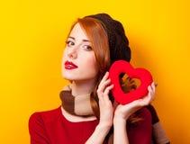 有心脏形状玩具的年轻红头发人女孩 免版税库存照片