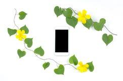 有心脏形状的巧妙的电话离开并且开花框架 库存图片