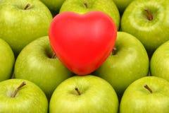 有心脏形状的格兰尼史密斯苹果苹果计算机 库存图片